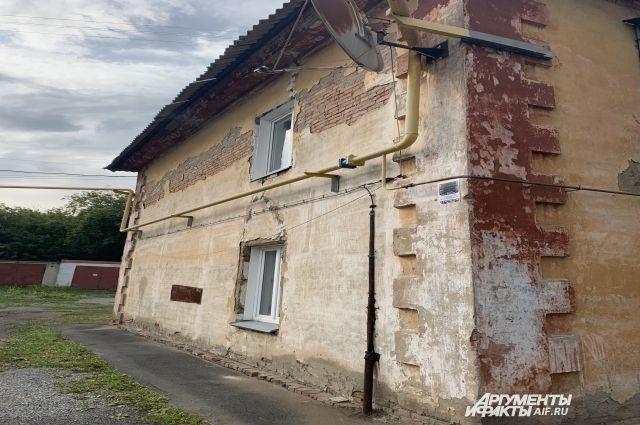 Такой дом буквально кричит о том, что ему нужен ремонт.