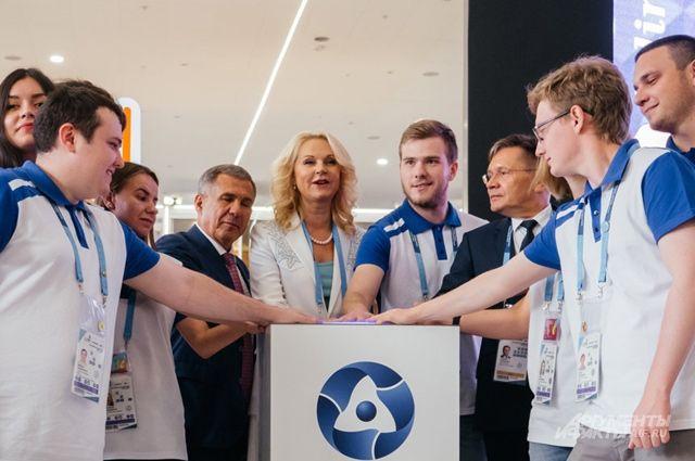 На площадке TeenPower инициативу молодёжи высоко оценили глава Татарстана Р. Минниханов, вице-премьер Т. Голикова и гендиректор «Росатома» А. Лихачёв (слева направо).