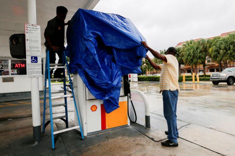 Рабочие заправочной станции в Бойнтон-Бич во Флориде укрывают колонку.