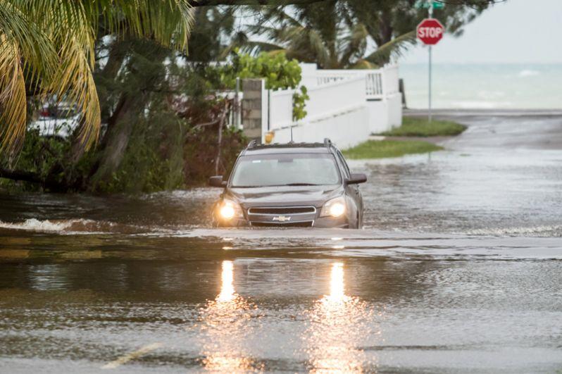 Автомобиль на затопленной улице Нассау после того, как ураган «Дориан» достиг Багамских Островов.