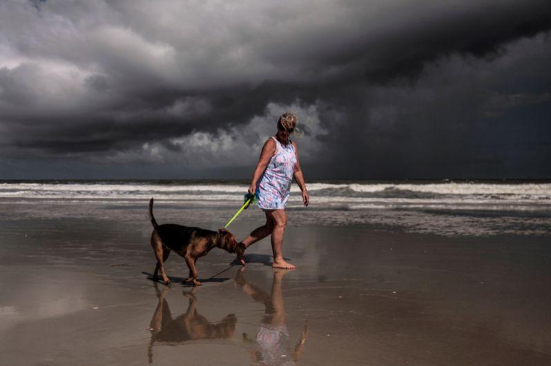 Небо над побережьем Джексонвилла во Флориде перед приближением урагана.