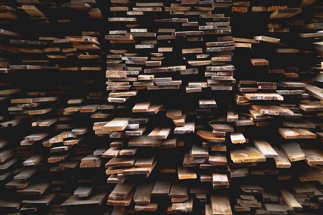 Объёмы переработки древесины снижаются.