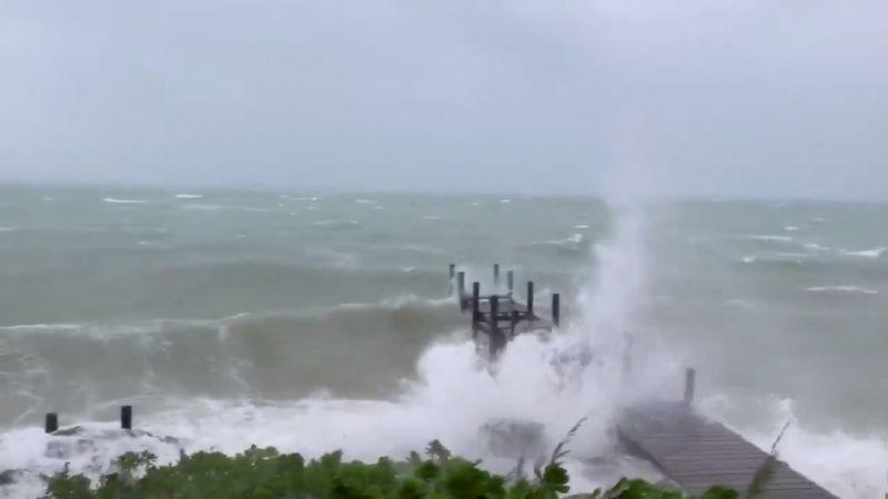Волны в Марш-Харбор на Багамских островах.