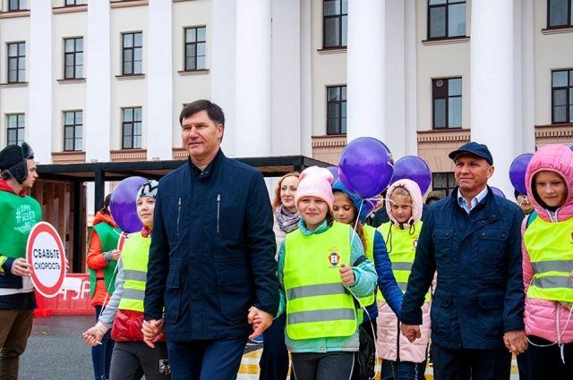 Технофестиваль #ДорогаВШколу открылся флешмобом «Шагающий автобус»