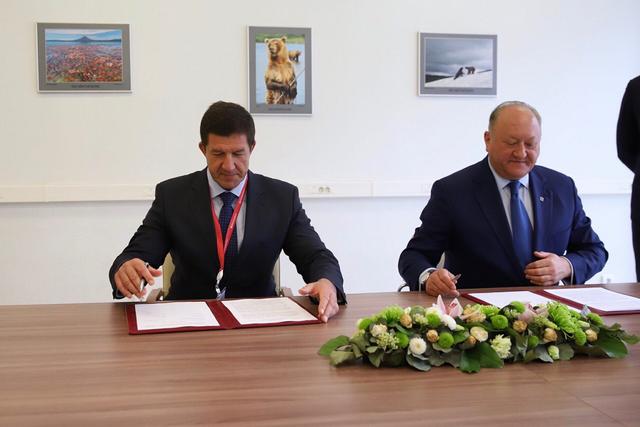 Президент ПАО «Ростелеком» Михаил Эдуардович Осеевский и губернатор Камчатского края Владимир Иванович Илюхин подписывают соглашение.