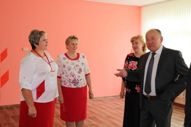 А. К. Ракимжанов, глава Любинского района, 2 сентября поздравил учеников Любино-Малоросской школы и ознакомился с «Точкой роста».