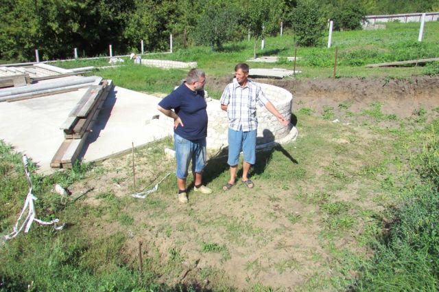 Вот на этом месте Иван Московкин (справа) обнаружил древнее захоронение.