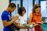 Книги на ярмарку привезли больше сотни издательств, в том числе совсем маленькие.