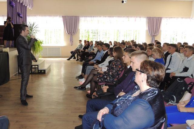 На уроке ученики и взрослые говорили о террористической угрозе и о том, как ей противостоять.