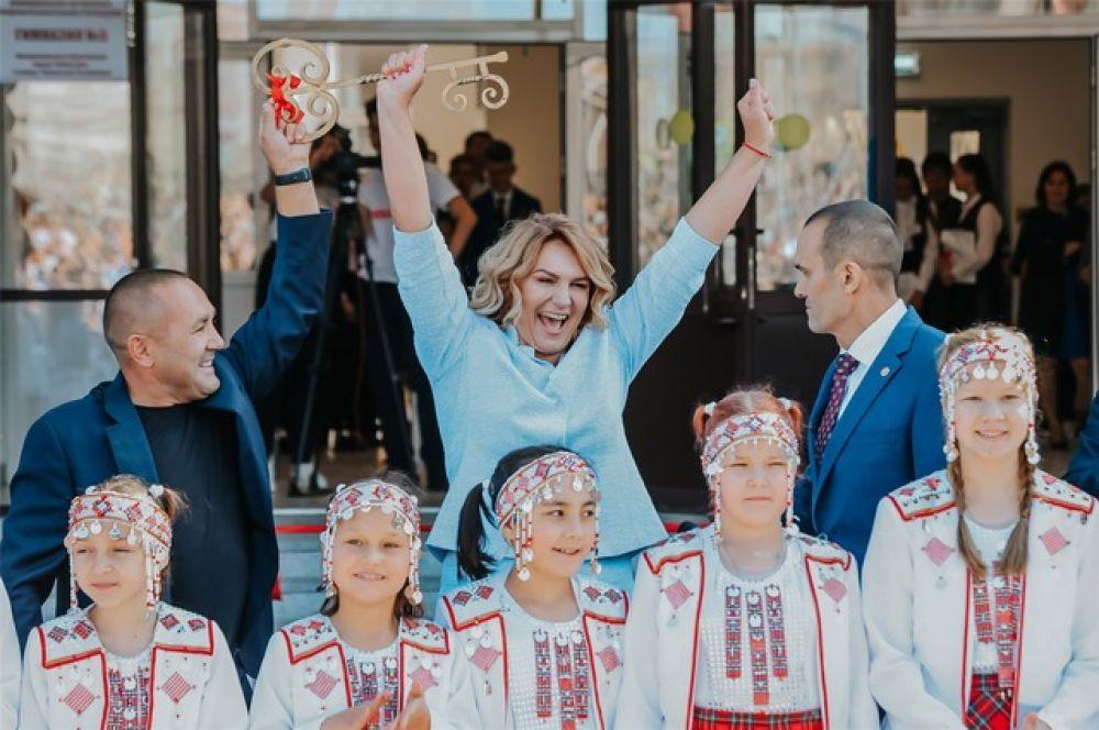 Ключи от нового корпуса вручили директору гимназии №5 Инне Исаевой