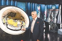 Дважды Герой Советского Союза, лётчик-космонавт Борис Волынов рассказывает гостям музея  историю самого большого космического фотоаппарата «Агат» – он снимал Землю ещё на плёнку.