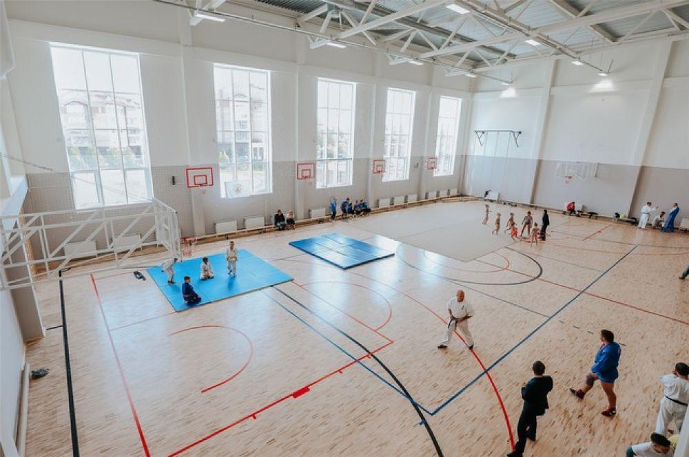 В физкультурно-оздоровительном блоке размещены два зала для занятий спортом
