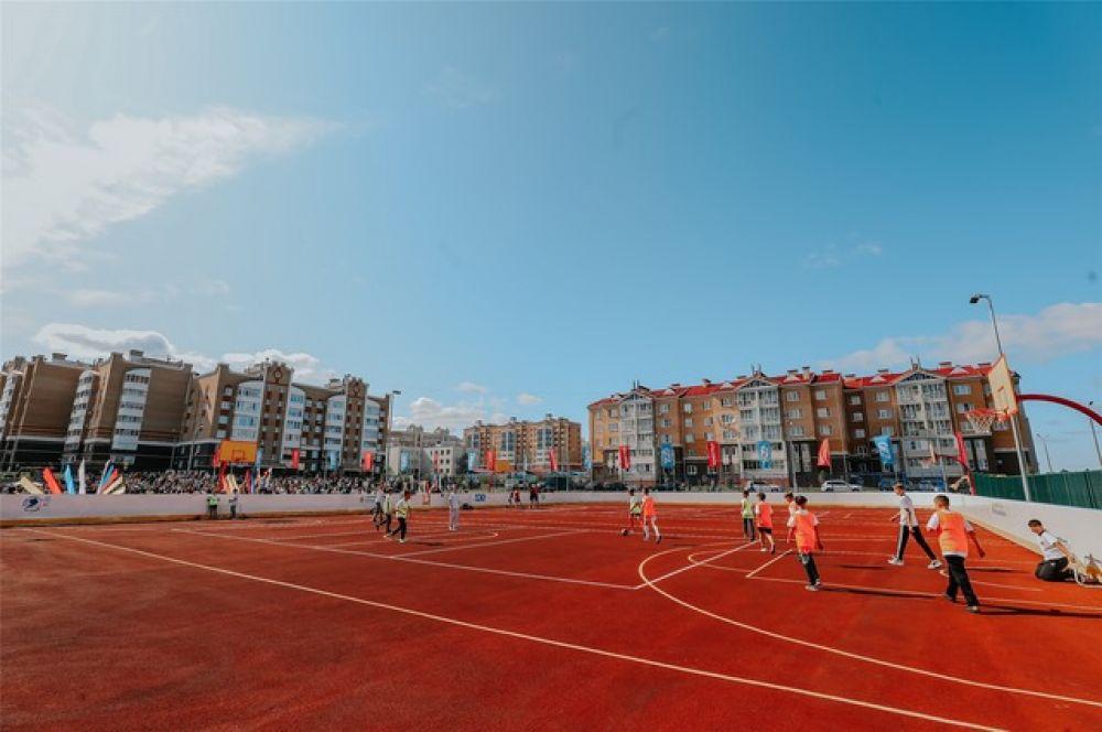 При гимназии есть современный стадион...