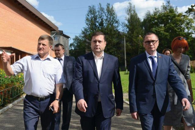Губернатор Алексей Островский (в центре) осматривает территорию Лицея №1.