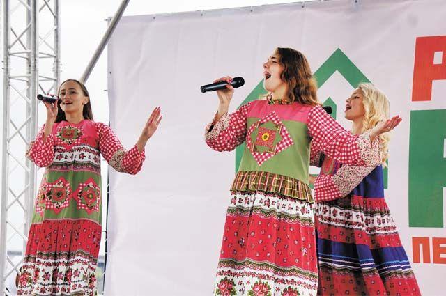 Зрителей на городском празднике развлекали музыкальные коллективы.
