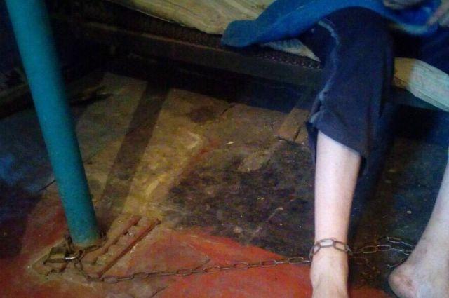 Под Днепром мать держала сына на цепи из-за его пенсии