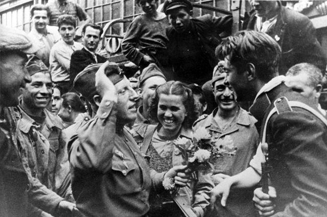 Великая Отечественная война 1941-1945 гг. Освобождение Болгарии. Встреча советских воинов с жителями Софии. Сентябрь 1944 года.