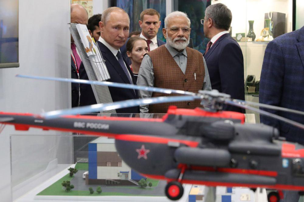Владимир Путин и Нарендра Моди осматривают выставку на Восточном экономическом форуме во Владивостоке.