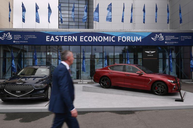 Участники на площадке V Восточного экономического форума во Владивостоке.