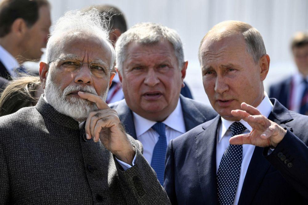 Президент России Владимир Путин и премьер-министр Индии Нарендра Моди посещают верфь «Звезда» в сопровождении генерального директора «Роснефти» Игоря Сечина перед началом ВЭФ.