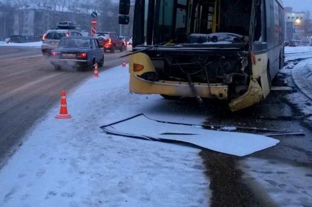 Женщину, которая находилась за рулём в день трагедии, обвиняли в том, что она управляла автобусом, зная, что в нём стоит непредусмотренное конструкцией стекло.