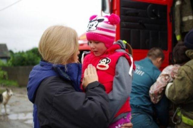 По словам волонтеров, сложнее всего было видеть стах и слезы стариков и детей.
