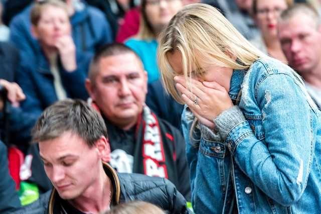 Летящая шайба попала в лицо девушке на трибуне.