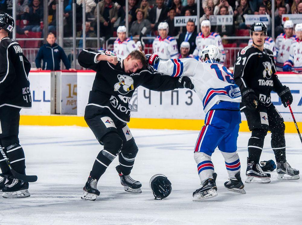 Спорный момент: нападающий СКА Владимир Ткачёв повздорил с нападающим Русланом Карлиным