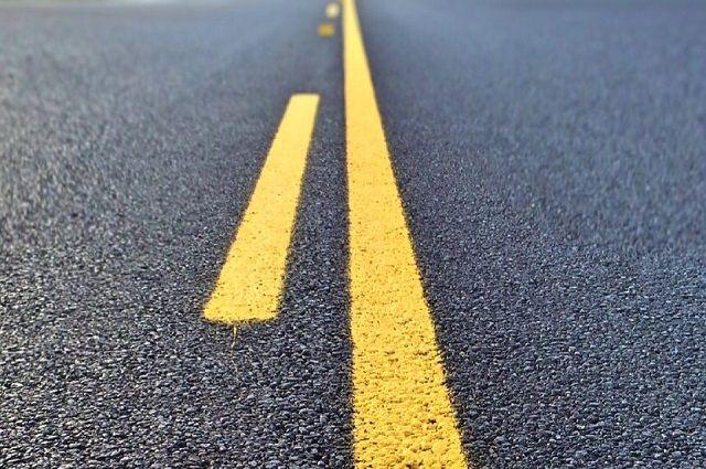 Водитель пытался повернуть с правой полосы и подрезал машину на крайней левой.