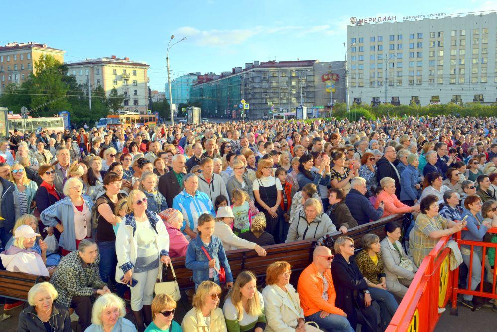 «Хор Турецкого» собрал на главной площади Мурманска около трёх тысяч человек.