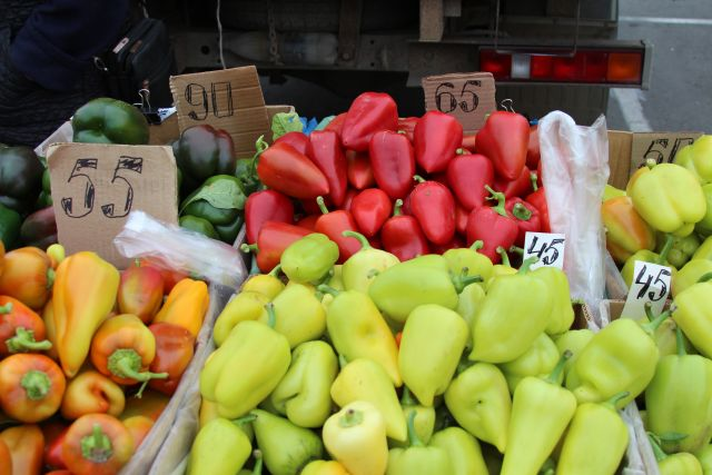 В Солнечном возле рынка организовано 13 социальных прилавков