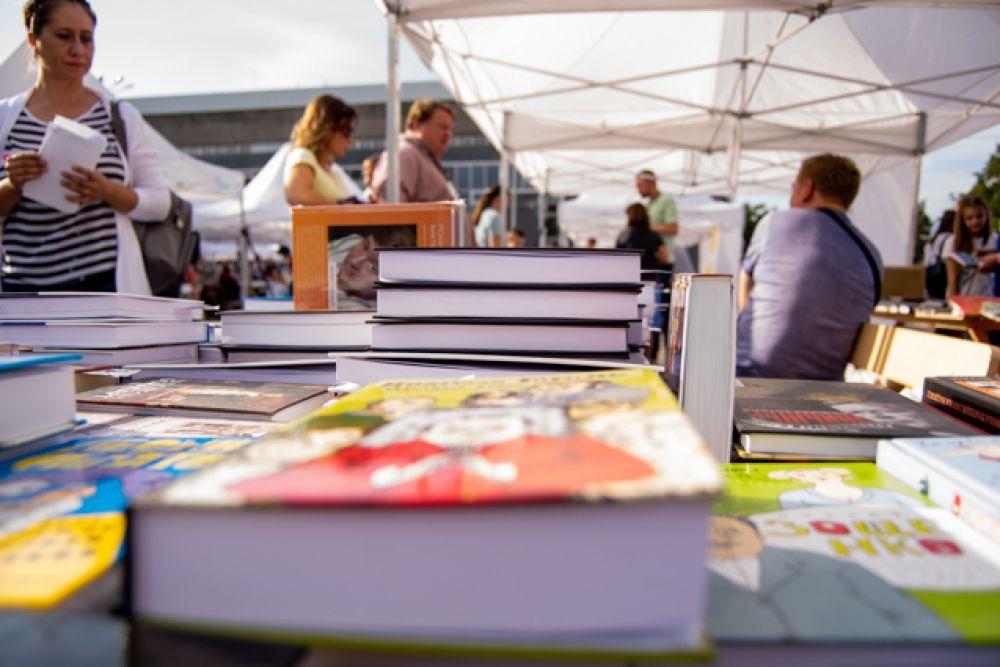 Всего же на книжной ярмарке продали около десяти тонн книг.