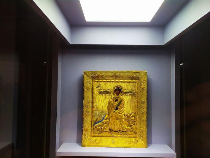 Икона «Святой неофит». Дерево, аметисты, аквамарины, жемчуг, шитьё (XX век).