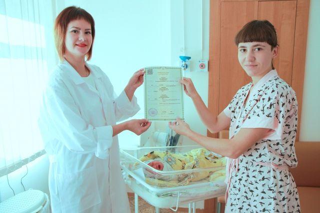Новорожденные Ишима получили первые документы в роддоме