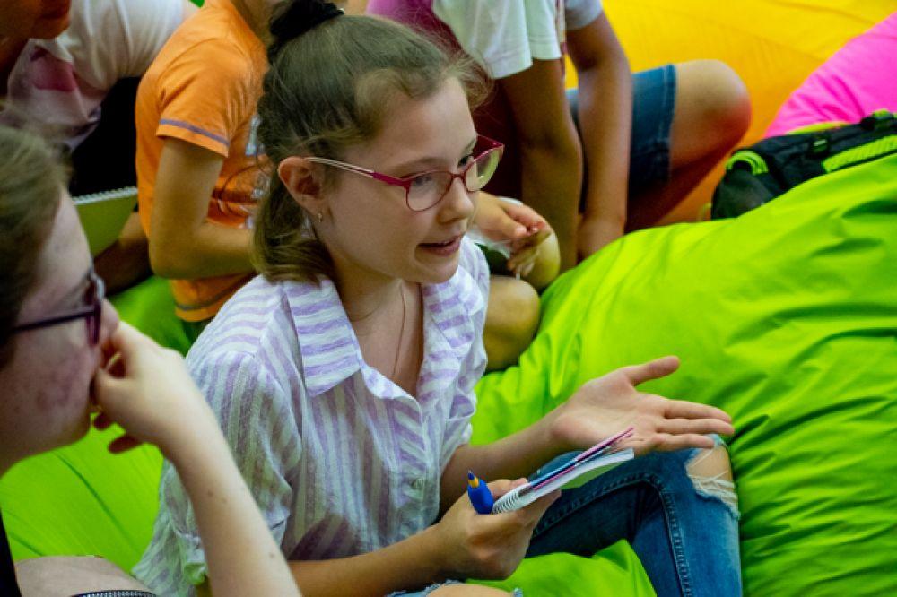 Для маленьких читателей сделали отдельный лекторий с ковром и пуфами.