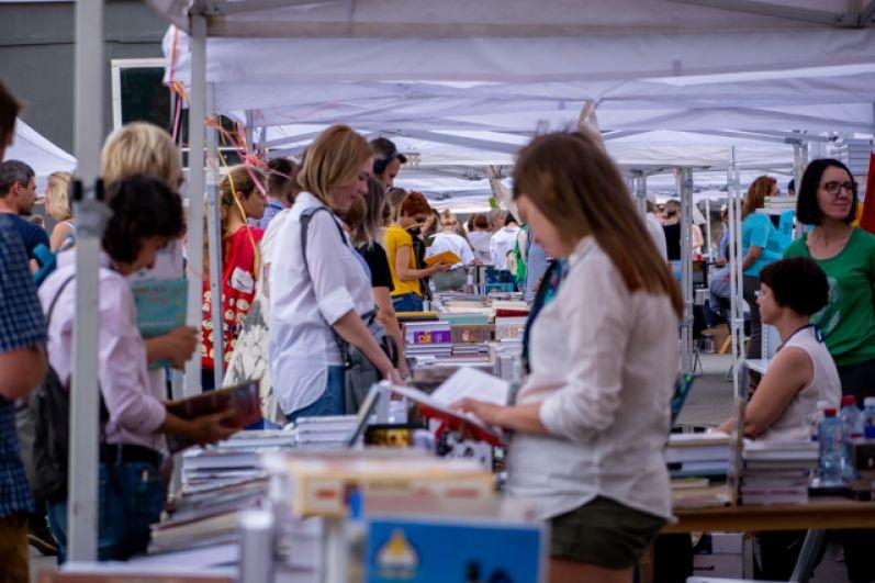 Иркутский международный книжный фестиваль прошёл с 30 августа по 1 сентября перед площадью дворца спорта «Труд» и внутри него.
