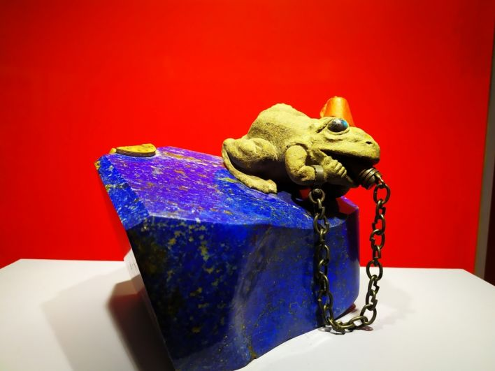 Аллегория Турции. Мастер изобразил её в виде прожорливой жабы, подавившейся чемоданом, который ей подбросила Германия.
