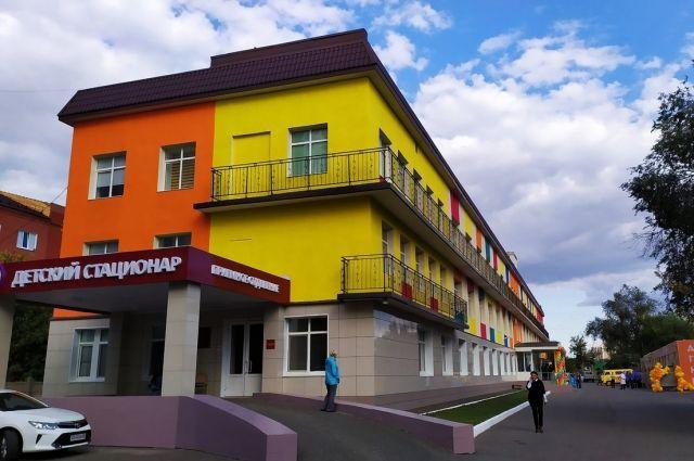 Обновлен и фасад здания, он также раскрашен в яркие цвета.