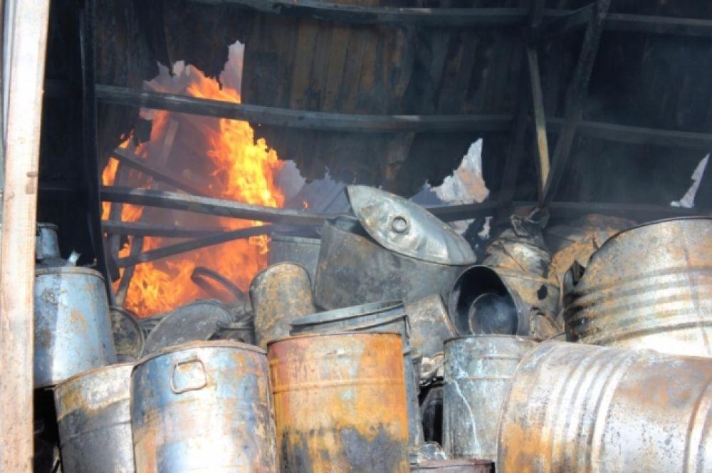 Огонь не дошел до использованных покрышек, также перерабатываемых на этом предприятии