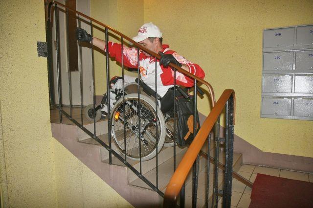 Инвалиду-колясочнику забраться по ступеням без пандуса и чьей-то помощи порой практически невозможно...