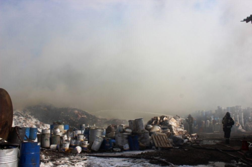 Когда на место ЧП приехали первые пожарные расчеты, горела пустая тара из-под лакокрасочных материалов