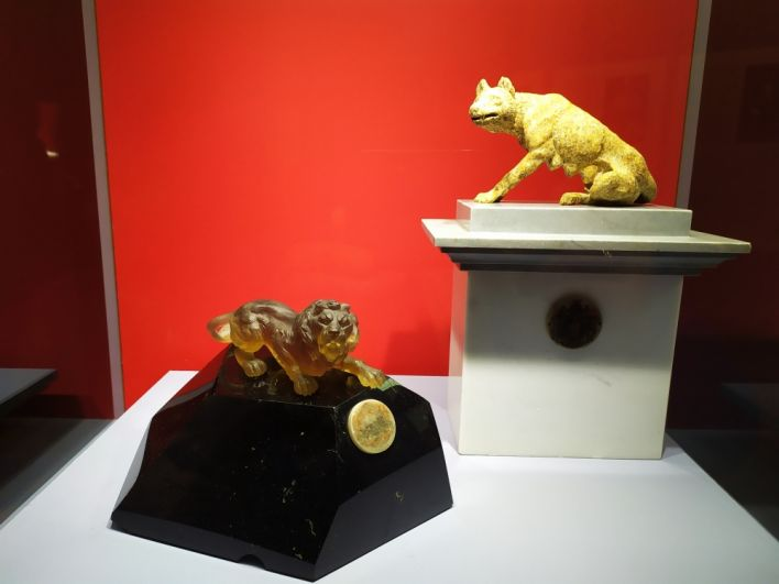 Аллегории Бельгии (золотистый лев) и Италии (волчица).