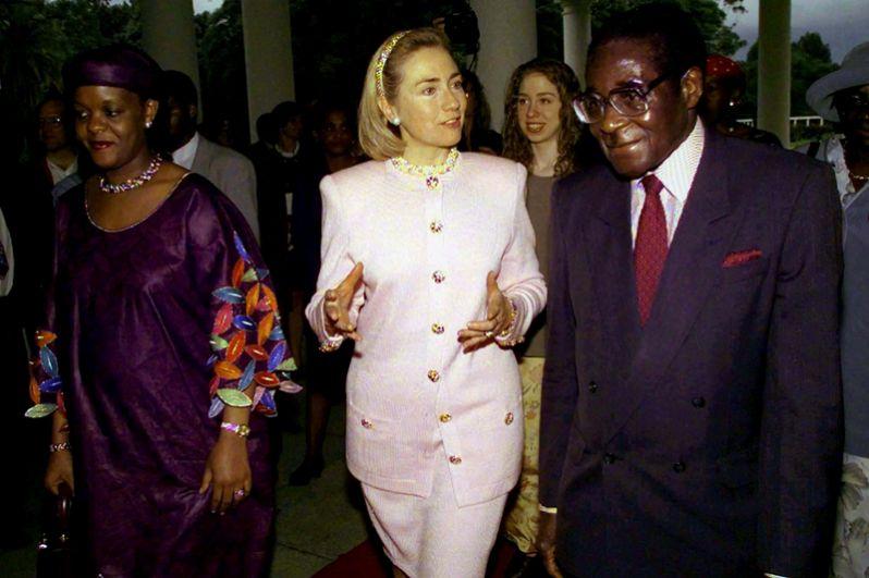 Первая леди США Хиллари Клинтон в сопровождении президента Зимбабве Роберта Мугабе и его жены Грейс во время своего визита в Хараре, 1997 год.