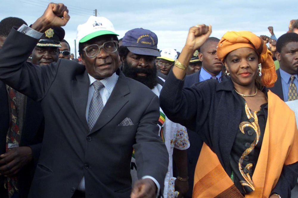 Роберт и Грейс Мугабе на предвыборном митинге, 2000 год.