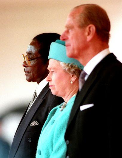 Королева Елизавета II, герцог Эдинбургский Филипп и Роберт Мугабе на встрече в Лондоне, 1994 год.