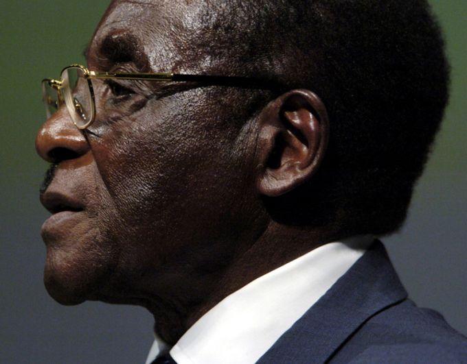 Президент Зимбабве Роберт Мугабе выступает на первой сессии Всемирной встречи на высшем уровне по вопросам информационного общества в Женеве, 2003 год.