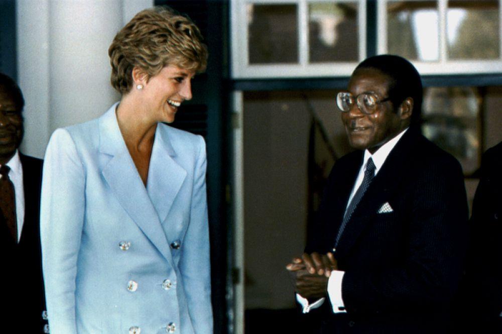 Диана, принцесса Уэльская беседует с президентом Зимбабве Мугабе во время ее визита в Хараре, 1993 год.