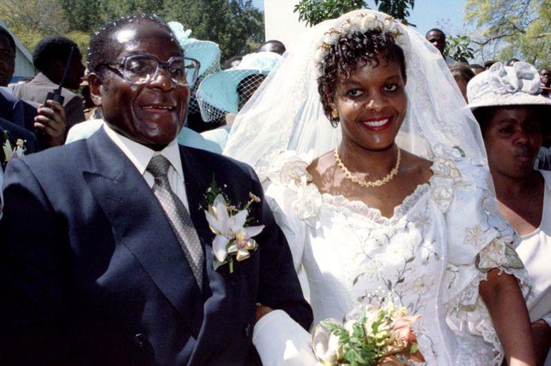 Роберт Мугабе и его вторая жена Грейс выходят из церкви в Зимбабве в день свадьбы, 1996 год.