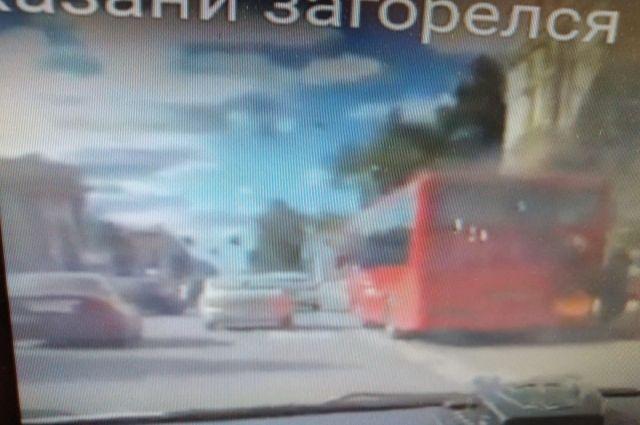 Видео загоревшегося автобуса появилось в соцсетях.