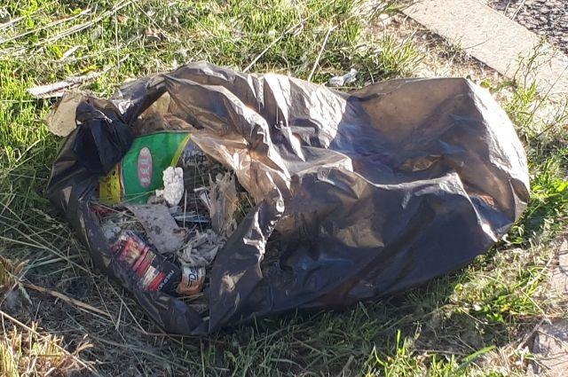 В Новом Уренгое уже месяц за остановкой валяется мусор
